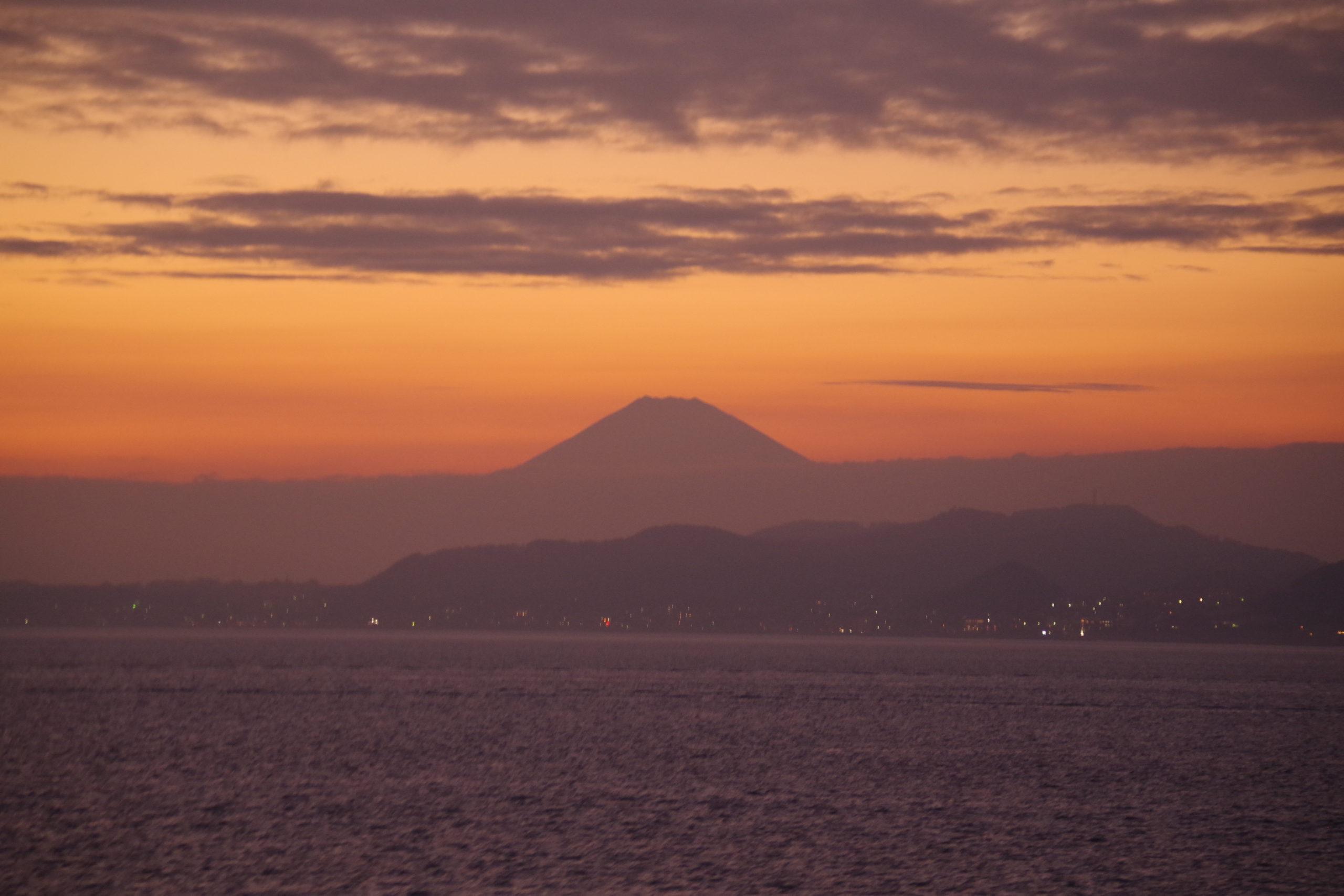 東京湾から望む夕景の富士山